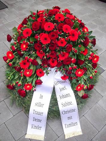 Trauerkranz in rot mit Rosen, Germini und Polyanther Rosen
