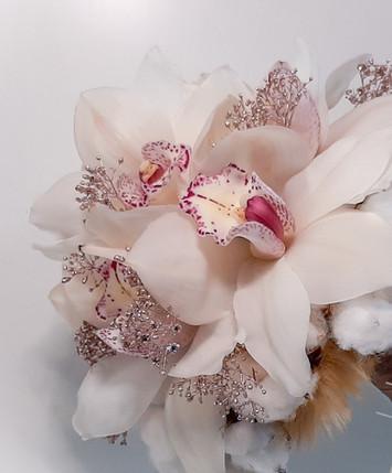 Winterlicher Brautstrauß mit Orchideenblüten und Glitzer Schleierkraut