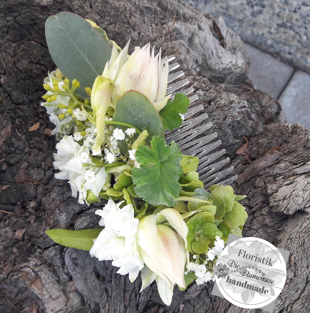Einsteckkamm mit Blüten für die Frisur