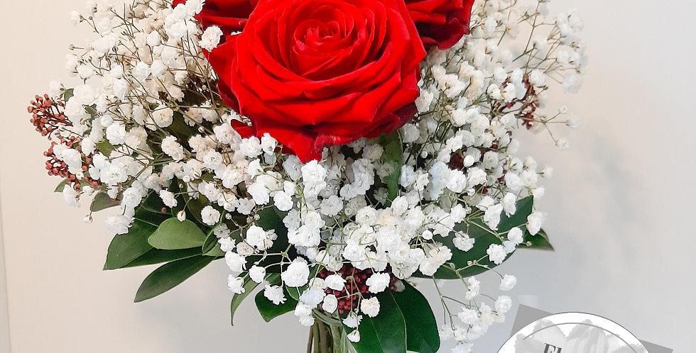 Rote Rosen mit Grün & Schleierkraut