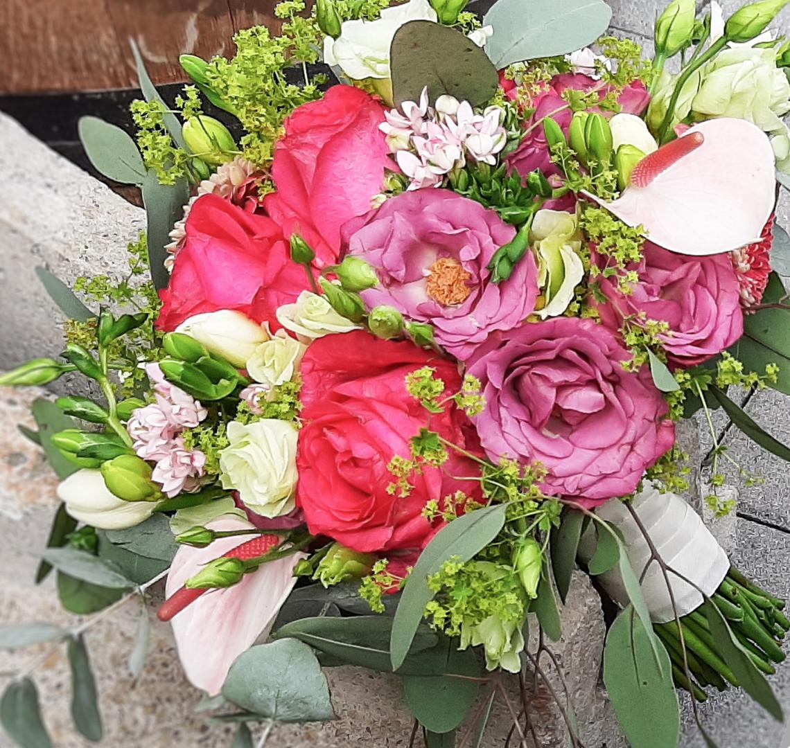 Lockerer Brautstrauß in Pink, creme Grün