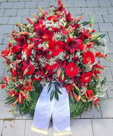 Trauerkranz in Rot mit Lilien & Gerbera