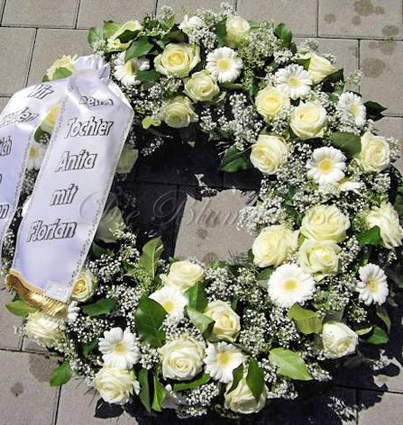 rundgesteckter Trauerkranz mit Rosen