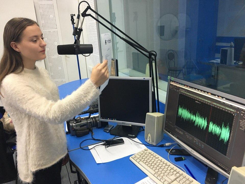 Василиса начитывает текст для рубрики Кино.ру