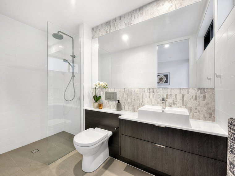 Hamilton - 66 Allen bathroom