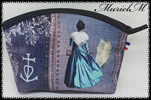 trousse arrondie arlésienne bleu jean Camargue