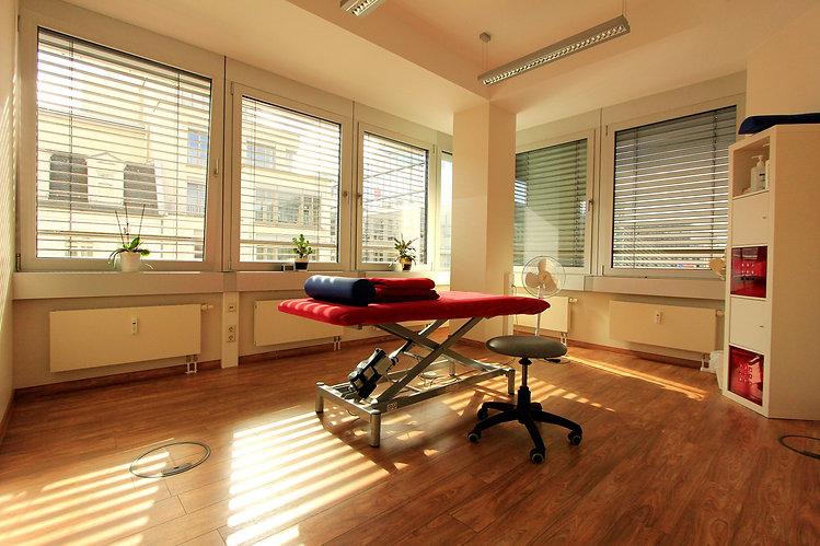 OrthoPhysio Behandlungsraum.jpg