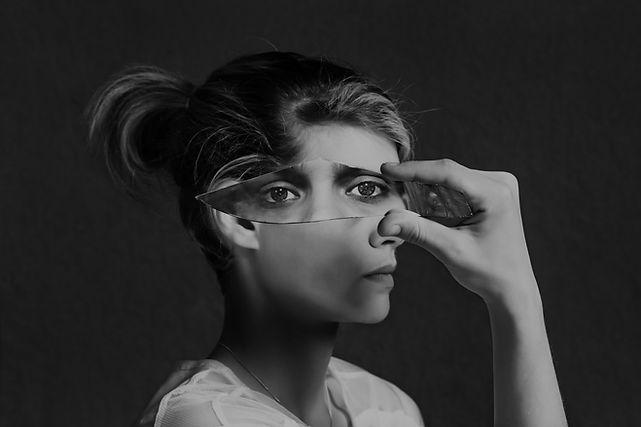Riflessione attraverso vetro rotto