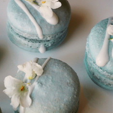 天然色素で着色したブルーと白いお花のマカロン。ホワイトチョコレートと奄美 加計呂麻島の塩。