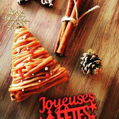 """クリスマスレッスン""""栗とカシスのタルト""""クリスマスデコレーション  クリスマスレッスンは、栗とカシスのタルトでした。 スパイスを入れたタルト生地にカシスと栗を合わせた大人のタルトです。クリスマスツリーの形にデコレーションしていきます。フランスのデコレーションパーツをのせ、作ったタルトをお持ち帰りいただきました。"""