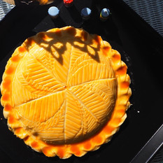 新年の伝統菓子 ガレット・デ・ロワ  フランスではエピファニー(公現祭)で食べられるガレット・デ・ロワ。フランスの可愛らしい陶器製フェーヴを中に入れます。ご家庭で簡単にできるようパイシートを使用して作ります。王冠とガレット・デ・ロワをお持ち帰り頂きました。
