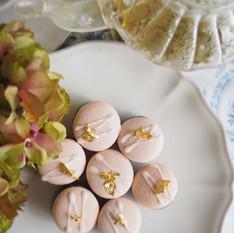 麻炭とビーツ天然色素で着色したマカロン。ジヤーマンカモミールチョコレート。植物療法の考えを取り入れたフィトスイーツ。
