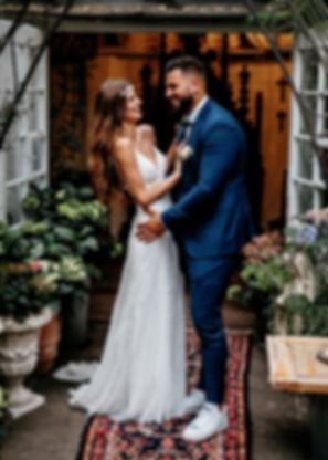 Ein Hochzeitspaar steht vor der Kapelle im Innenhof des La Dü