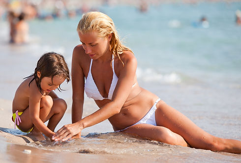young-mother-and-her-small-daughter_paid