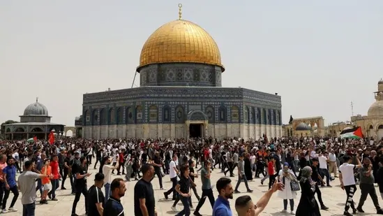Clashes between Israel police and Palestinian protesters at Temple Mount