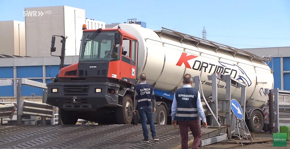 Kortimed-Tankauflieger mit Olivenöl im Hafen von Livorno (Bild: Screenshot SWR Marktcheck youtube)