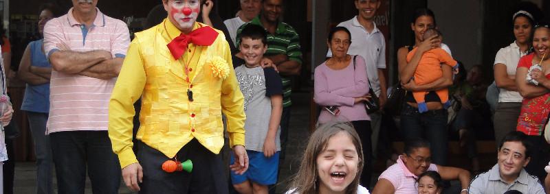 Tchutchuco arranca gargalhadas de crianças e adultos em seu show de palhaço