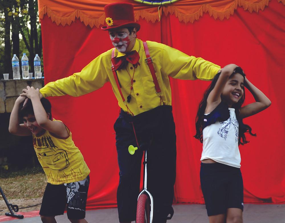 Crianças participam do show de palhaço e se divertem