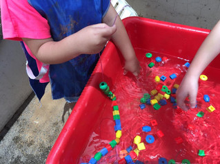 שולחן מים-קיץ- השחלת חרוזים במים