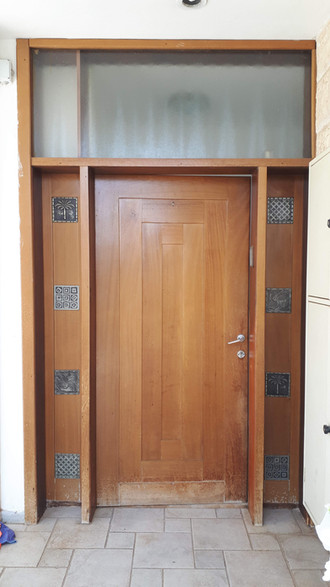 דלת כניסה לפני הצביעה