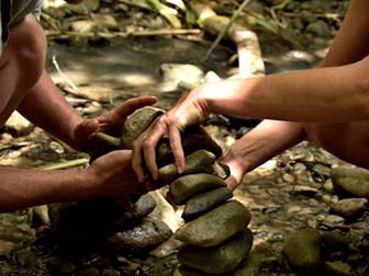 עשרה דברים שיקרו לכם, ללא מאמץ, כשתתחילו לאזן אבנים. #1 תחזרו לסמוך על הגוף