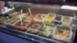 Calamars façon grecque, petites sèches, poivrons farcis feta, pioulpe, ail confit, oignon confit, artichauds, Tomates sèches confites marché Windsor Neuilly