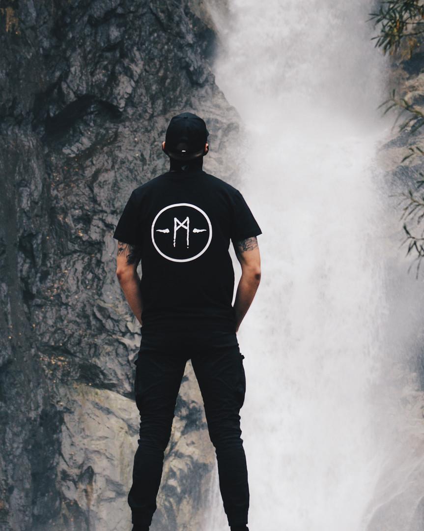 t-shirt-signature-noir-loin-des-hommes