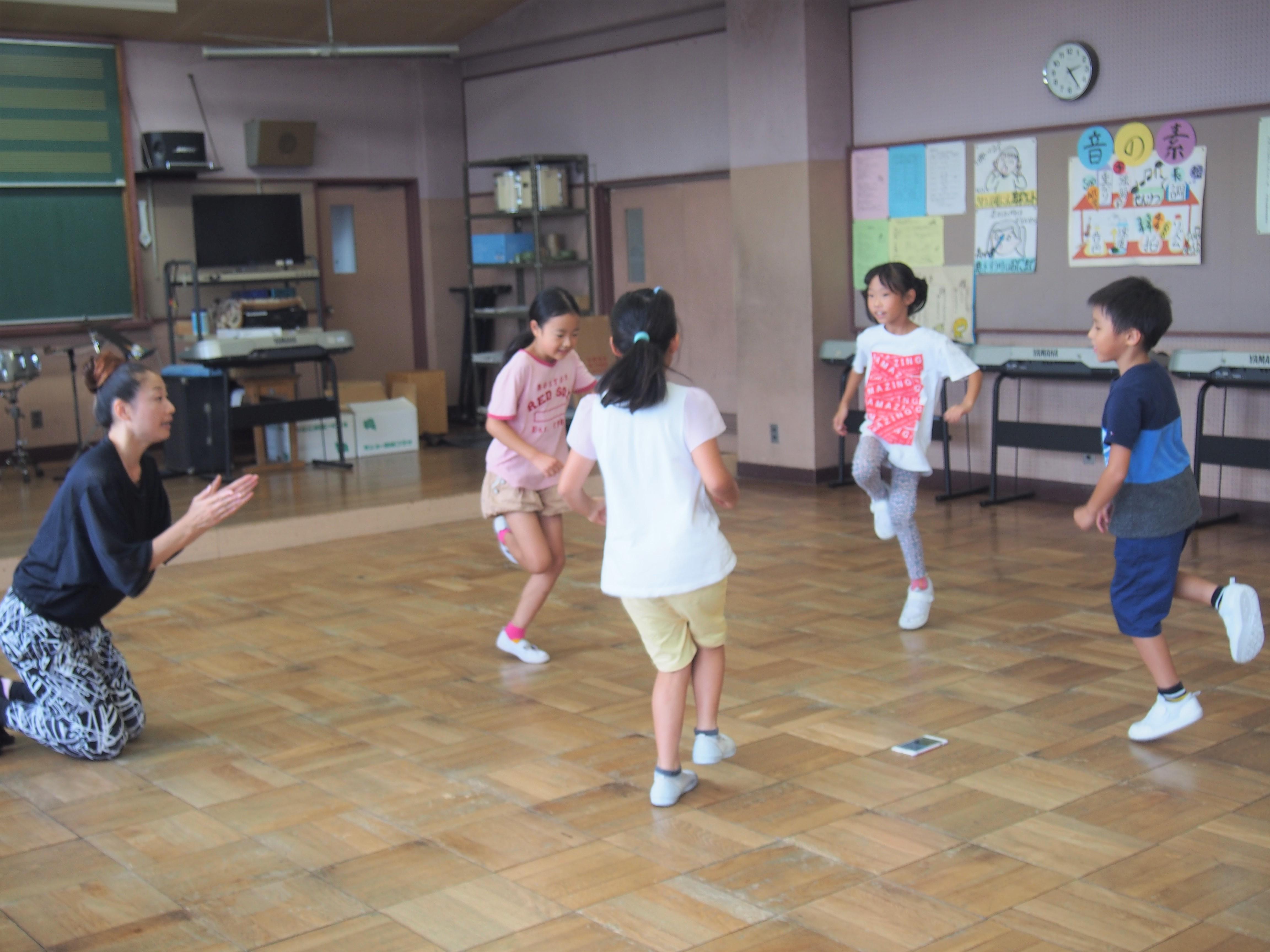 小学校でサマースクール開催