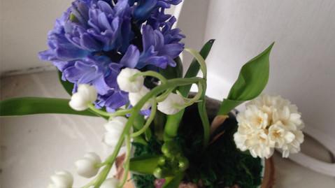 Весенние цветы в стеклянной вазе