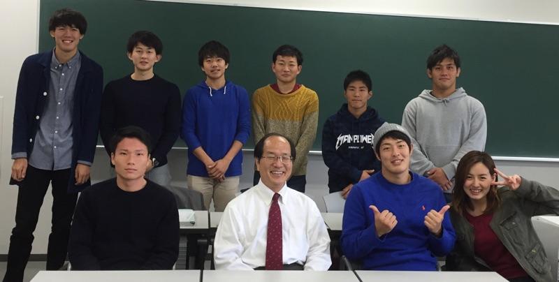 教室にて(平成27年度3回生メンバー)