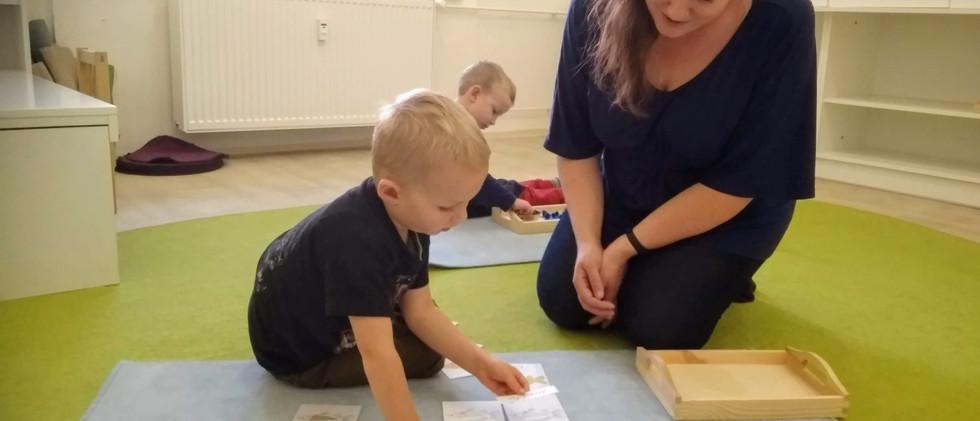 Úvodní část lekce s Montessori pomůckami