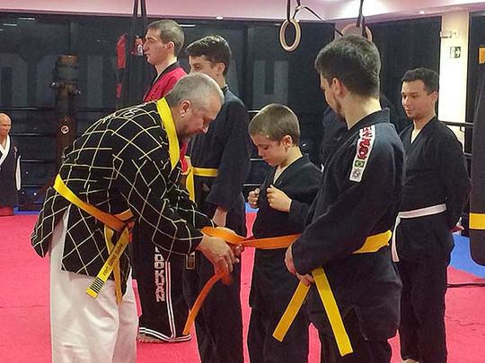 Grão-Mestre Uberto Gama ensinando a amarrar a faixa