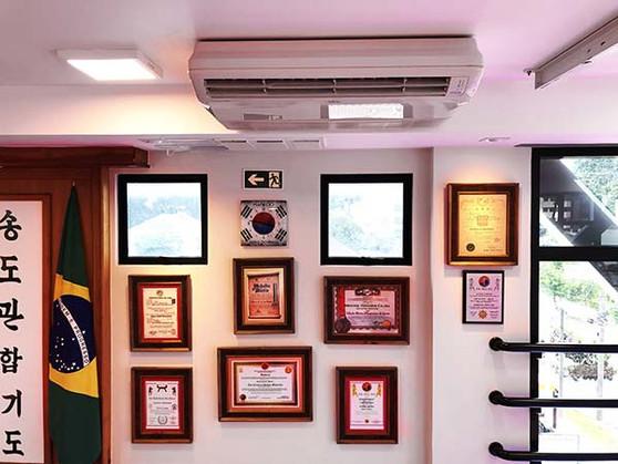 Ar condicionado e diplomas
