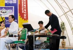 2000年与山东师范大学音乐学院老师在韩国交流演出(此为演出前的准备工作)