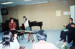 03年在台湾文化大学作讲座时现场给学生指导