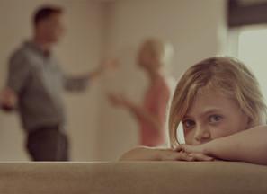 """Stiska otroka, ki je """"nevidna"""" 😦"""