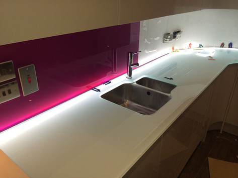 White worktop and pink splashback