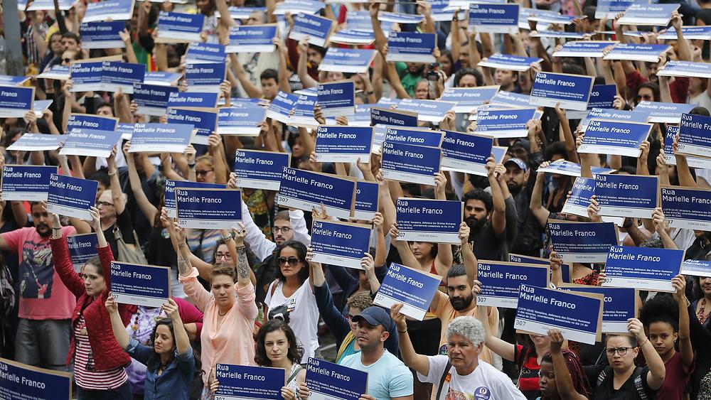 Distribuição de réplicas de placas de rua com nome da Marielle Franco, em frente à Câmara do Rio.