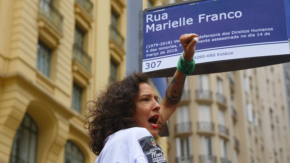Monica Benicio com uma réplica de placa de Marielle Franco, na Cinelândia. 14 out. 2018. Foto: Fernando Frazão/Agência Brasil
