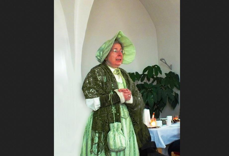 Die Biedermeierin, alias Walfriede Hartmann, lädt zum Kaffeekränzchen in der WeinErlebnisWelt Meißen. Foto: Walfriede Hartmann.