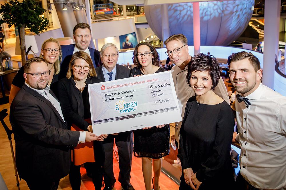 50 000 Euro Spendenscheck Foto Michael Schmidt.