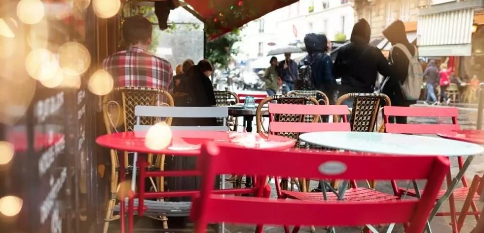 In Paris dürfen nun auch Parkstreifen und Fahrradwege für die Betreibung der Außengastronomien verwendet werden. (©shocky/stock.adobe.de)