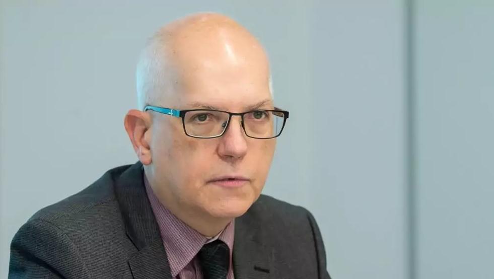 Der Datenschutz-Beauftragte Dieter Kugelmann will hinsichtlich der Polizeieinsicht in Gästelisten ein bundesweites Gesetz verabschiedet sehen. (©picture alliance/dpa | Silas Stein)