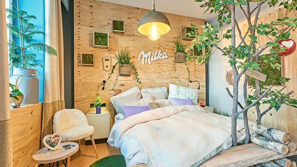 """So sieht es im Hotelzimmer """"Gerda"""" aus. Die Umgestaltung ausgewählter Hotelzimmer ist Teil des Projekts """"Next Stop: Urban Alps – Entdecke die echten Kühe von Milka"""". (Foto: ©obs/Mondelez Deutschland/Nadja Hannaske)"""