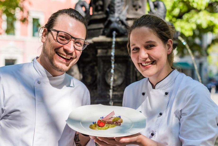 """Sternekoch Benjamin Biedlingmaier und seine Kollegin Meike  Blickheuser präsentieren ihre vegetarische Stopfleber """"Faux Gras"""". Foto:  Sebastian Thiel"""