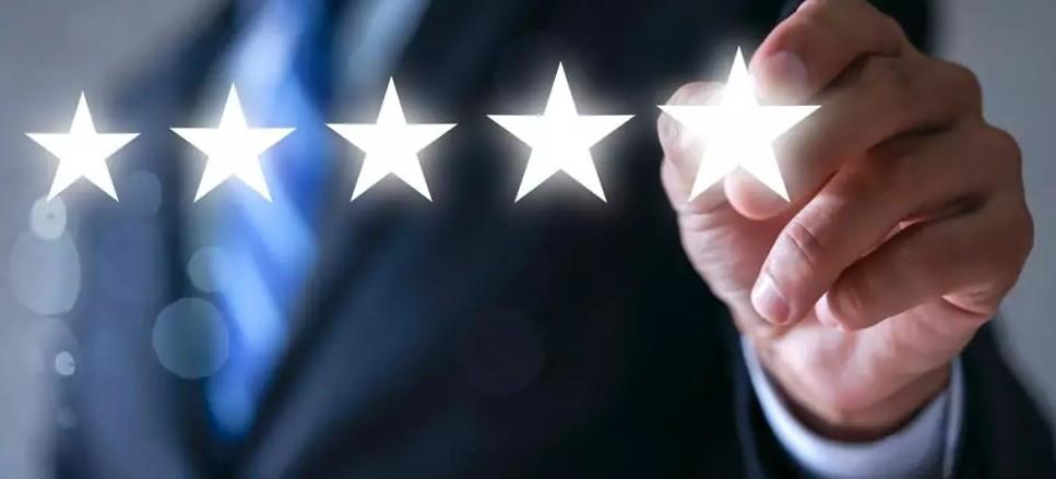 Laut dem Bundeskartellamt müssen Betreiber von Buchungsportalen stärker gegen Fake-Bewertungen vorgehen. (©Worawut/stock.adobe.com)