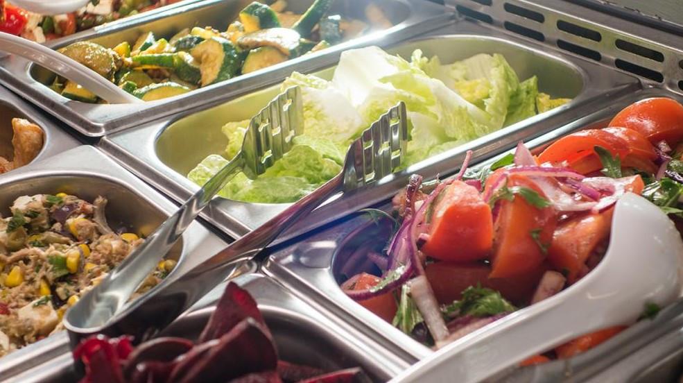 Nicht nur Salat, sondern auch Nudeln, Kartoffeln und Reis soll es in Berlins Schulkantinen zukünftig nur noch in Bio-Qualität geben. (© Christin/stock.adobe.com