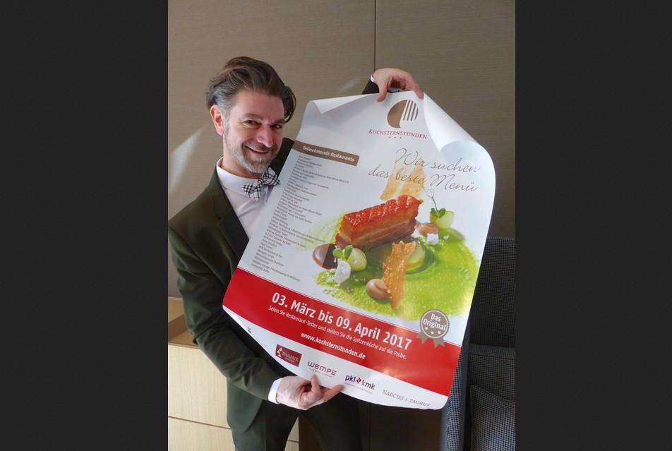 Kochsternstunden-Initiator Clemens Lutz mit dem Plakat der diesjährigen Kochsternstunden. Bildquelle: MEDIENKONTOR / Franziska Märtig.