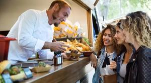 Vom Arbeitslosengeld bis zur Job-Aufgabe – die Streetfoodszene fordert nun schnelle Lösungen für die Branche. (©nenetus/stock.adobe.com)