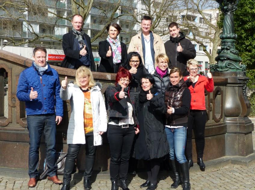 Foto 4 zeigt den erweiterten Vorstand des Handels- und Kulturvereins Hauptstraße e.V. (oben links Vorsitzender René Arndt)  Bildquelle: MEDIENKONTOR